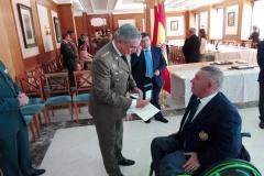 Francisco Canes Domenech, Representante de la Junta Directiva Nacional de ACIME, hace entrega de la Medalla al Mérito de ACIME, al Ilmo. Sr. Coronel Delegado de Defensa en Castilla La Mancha Don Javier Gallegos García-Lorenzana.